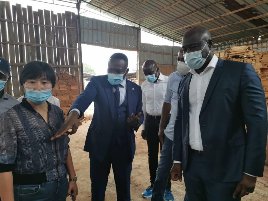 DG APIEx visite la société de transformation de bois YULIN